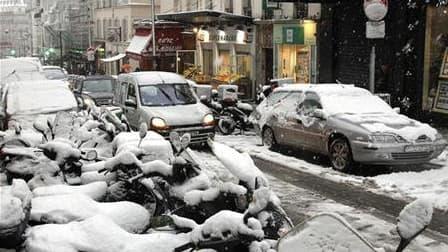 Rue à Paris mercredi dernier. Une semaine après la pagaille provoquée par une tempête de neige exceptionnelle en Ile-de-France, François Fillon a présidé une réunion avec les ministres et les services concernés (Météo France, préfecture, SNCF, RATP, Aérop