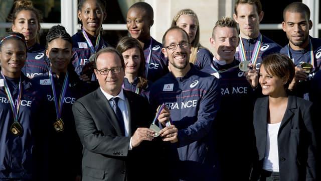 François Hollande, accompagné de Najat Vallaud-Belkacem à droite, s'est prêté à une photo de famille avec les athlètes français.