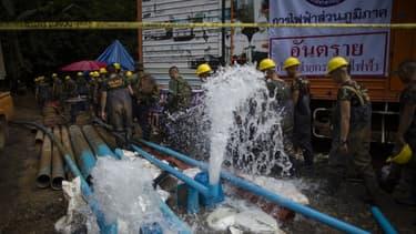 L'eau de la grotte est pompée afin de faciliter l'accès des secours