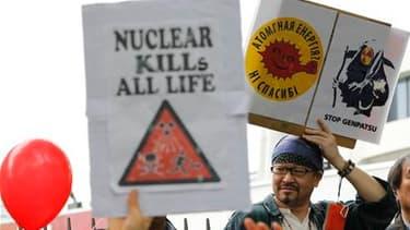 Plusieurs milliers de manifestants antinucléaires ont défilé samedi dans le quartier de Shibuya dans le centre de Tokyo, saluant l'appel du Premier ministre à fermer une centrale atomique du centre du Japon pour raisons de sécurité, et l'invitant à en fer