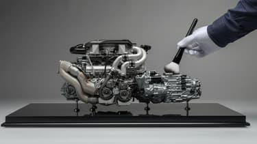 Ce moteur identique à celui d'une Bugatti Chiron mesure 44 centimètres. C'est une maquette à l'échelle 1:4.