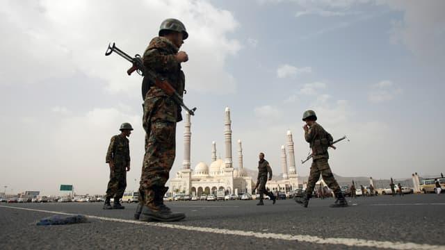Des militaires devant la mosquée El-Saleh de Sanaa, au Yémen, en août 2012. (photo d'illustration)