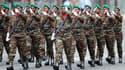 Femmes soldats de l'armée béninoise. Les armées de 13 pays africains ont défilé pour la première fois sur les Champs-Elysées pour le 14-Juillet, une initiative destinée à célébrer le cinquantenaire des indépendances octroyées sous le général de Gaulle. /P