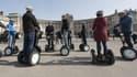 Touristes en gyropodes à Vienne en Autriche.