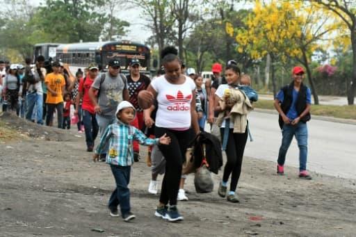 Un des autobus remplis de migrants honduriens à San Pedro Sula, à 300 km au nord de Tegucigalpa, qui se rendent à la frontière avec le Guatemala le 10 avril 2019