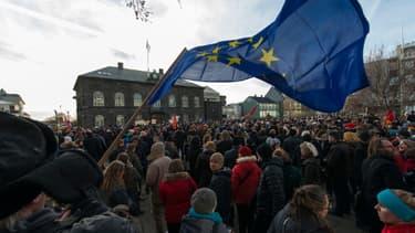 Des milliers de manifestants ont convergé lundi devant le parlement ukrainien, pour protester contre le retrait d'un référendum sur l'entrée de leur pays dans l'Union européenne.