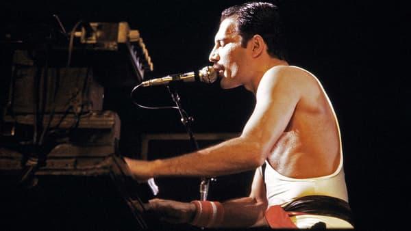 Le leader de Queen, Freddie Mercury, en concert à Paris en septembre 1984 -