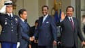 Sur le perron de l'Elysée, Nicolas Sarkozy, le président tchadien Idriss Déby (au centre) et son homologue camerounais Paul Biya. Le chef de l'Etat, qui a reçu à déjeuner à l'Elysée les chefs d'Etat de 12 pays d'Afrique francophone subsaharienne, a déclar