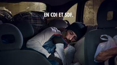 """""""En CDI et SDF"""", l'une des affiches de la nouvelle campagne de la Fondation Abbé Pierre."""