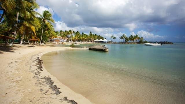 Une plage déserte au Gosier sur l'île de la Guadeloupe en mars 2020.