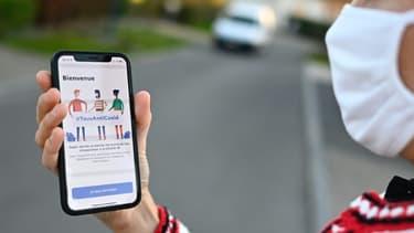 """La nouvelle application """"TousAntiCovid"""" sur un smartphone, le 22 octobre 2020 à Rennes"""