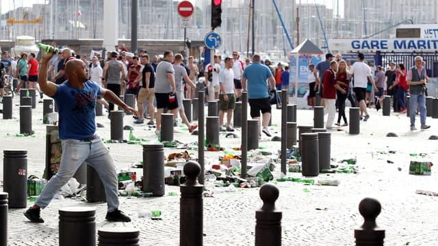 Des supporters s'affrontent en marge du match Angleterre-Russie, le 11 juin, sur le Vieux-Port de Marseille.