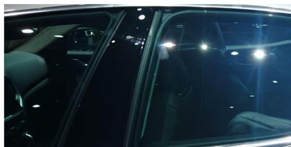Les vitres arrières se distinguent, au niveau de la custode (la partie fixe), plus large sur la Quattroporte (en bas) que sur la Ghibli (en haut).