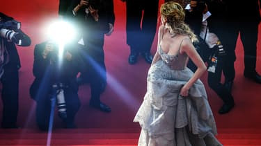 Diane Kruger monte les marches à Cannes le 23 mai 2017.