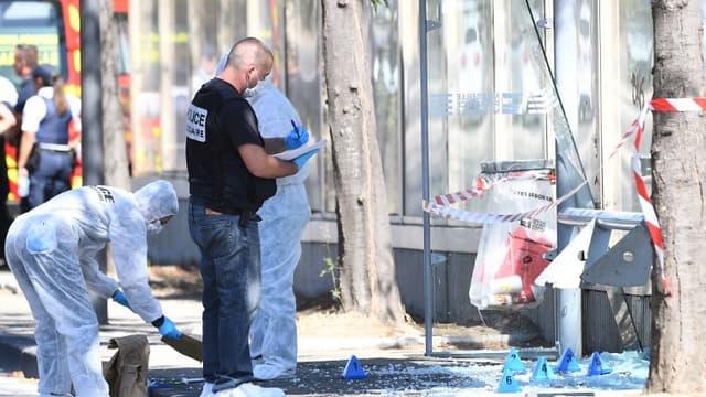 La police et les médecins travaillent, sur les lieux de l'attaque à la voiture à Marseille qui a fait un mort et un blessé le 21 août 2017