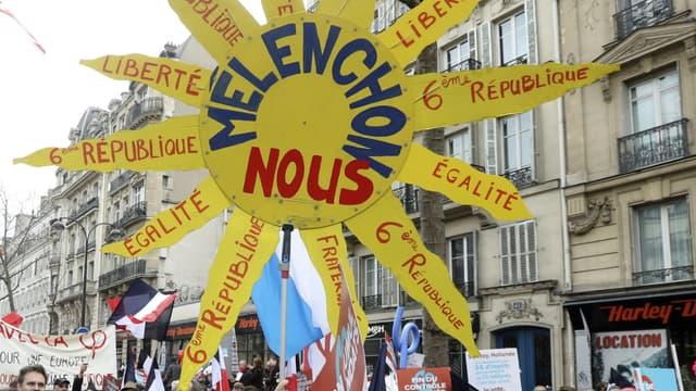 """Une pancarte """"Mélenchon nous"""" dans une manifestation."""