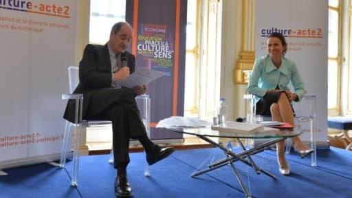 Pierre Lescure remettant son rapport à Aurélie Filippetti le 13 mai
