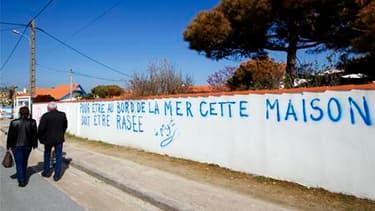 """La présidente de Poitou-Charentes, Ségolène Royal, a de nouveau demandé vendredi la suspension du """"zonage"""" décidé par le gouvernement après la tempête Xynthia en vue de la destruction d'habitations sinistrées. Les secrétaires nationales du PS chargées du"""