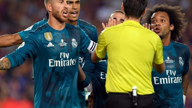 Les joueurs du Real Madrid ont vivement contesté l'arbitrage lors de Barça-Real en match aller de la Supercoupe d'Espagne.
