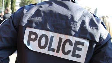 Quatre individus, déguisés en faux policiers, ont braqué un couple d'automobilistes.