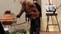 """Une femme se recueille devant le cercueil de Vaclav Havel, ex-président tchèque et héros de la """"révolution de velours, mort dimanche et dont la dépouille repose dans une ancienne église de Prague qu'il avait convertie en centre culturel. /Photo prise le 1"""