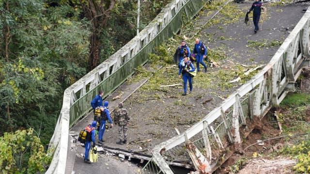 Des sauveteurs sur le pont suspendu qui s'est effondré à Mirepoix-sur-Tarn, près de Toulouse, le 18 novembre 2018
