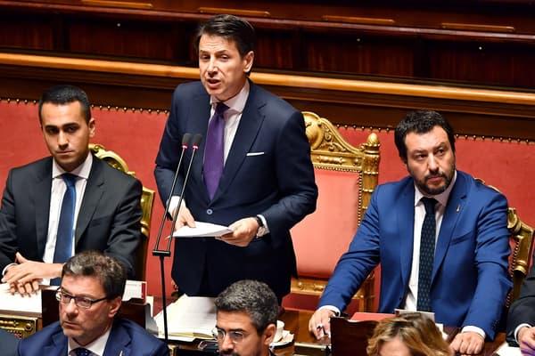 Le Premier ministre Giuseppe Conte lors de son discours au Sénat mardi, entouré de ses deux vice-Premier ministre: le leader du M5S Luigi Di Maio (à gauche) et le chef de la Ligue Matteo Salvini (à droite).