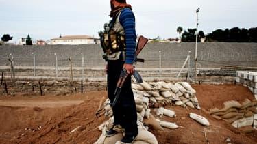 Un membre des YPG dans la ville syrienne de Ras Al-Aïn, près de la frontière turque, le 21 novembre 2013. (Photo d'illlustration)