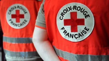Une trentaine d'associations et ONG ont vivement dénoncé mercredi le traitement réservé aux jeunes migrants par la Croix-Rouge à Paris