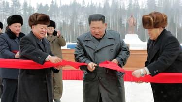 Kim Jong Un coupe le ruban rouge lors de l'inauguration de la ville de Samjiyon, le 2 décembre 2019