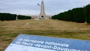 La nécropole nationale de Douaumont, similaire à celle de Chattoncourt où sera inhumé le soldat Merat, dont les ossements avaient été retrouvés en janvier