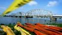 Des barrages pour endiguer la fuite de pétrole en attente de déploiement à la Nouvelle Orléans, en Louisiane. Près de 200 bateaux étaient déployés mardi aux abords de la gigantesque nappe de pétrole dans le golfe du Mexique, profitant de la météo plus clé