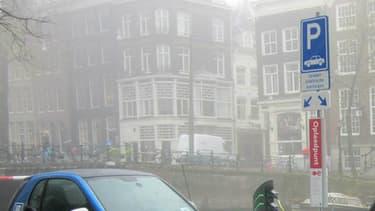 Dans le port d'Amsterdam... il n'y aura peut-être bientôt plus que des  véhicules électriques.