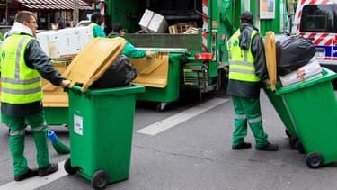 Collecte des poubelles à Paris, le 2 mai 2012.