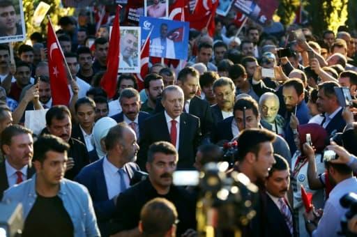 Le président turc Recep Tayyip Erdogan (c) arrive à la cérémonie de commémoration du premier anniversaire du putsch manqué, le 15 juillet 2017 à Istanbul