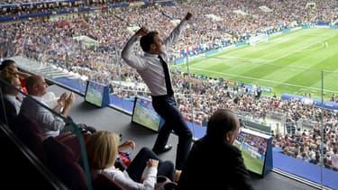 Emmanuel Macron célébrant la victoire des Bleus le 15 juillet 2018.