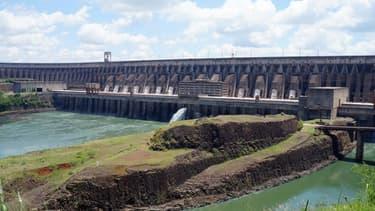 Le barrage d'Itaipu, situé à la frontière entre le Brésil et le Paraguay et exploité par les deux pays, est le second plus grand au monde.