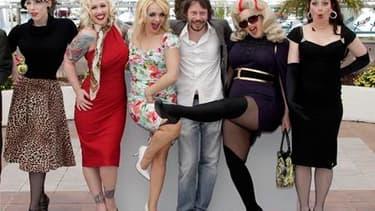 """Mathieu Amalric entouré des actrices de son film """"Tournée"""", présenté en compétition au 63e Festival de Cannes. Ce road movie à la française teinté de burlesque est aussi le portrait d'un père à la paternité défaillante. /Photo prise le 13 mai 2010/REUTERS"""