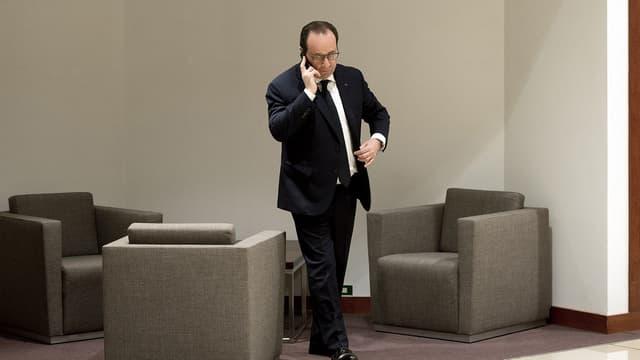 François Hollande au téléphone