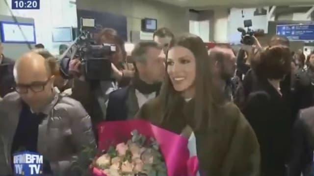 Iris Mittenaere lors de son arrivée à l'aéroport Roissy-Charles de Gaulle à Paris, le 16 mars 2017.
