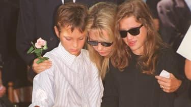 France Gall et ses enfants Raphaël et Pauline lors des obsèques de Michel Berger, en 1992.