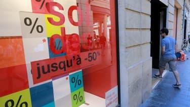 Un magasin affichant les soldes, le 24 juin 2015 à Bordeaux
