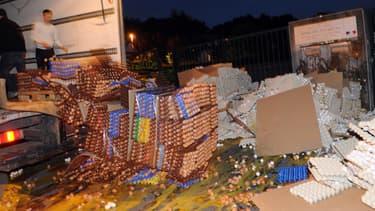 Des producteurs d'œufs en colère jettent leur production, la nuit du 7 août, à Carhaix-Plouguer, en Bretagne.