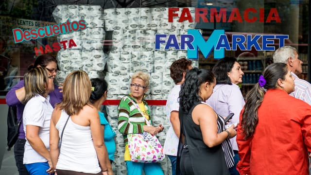 Des Vénézuéliens font la queue devant une pharmacie, alors que le pays fait face à une pénurie de produits.