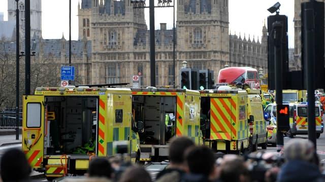 Des ambulances sur le pont de Westminster à Londres, après l'attaque survenue aux abords du Parlement le mercredi 22 mars 2017.