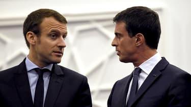 Manuel Valls discute avec Emmanuel Macron, encore Ministre de l'économie, en avril 2016