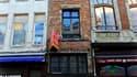 La plus petite maison de Bruxelles, à deux pas de la célèbre Grand-Place, sera mise aux enchères le 6 février, avec un prix de départ de 146.200 euros. Le rez-de-chaussée a une surface au sol de seulement 2,75 mètres de large sur 1,75 mètre de long et les