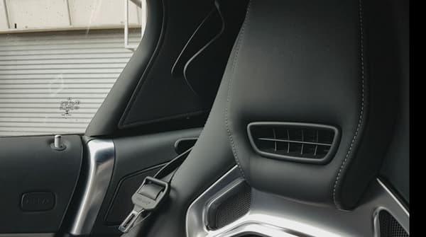 """Sous l'appuie-tête, le traditionnel chauffe cou qui peut s'avérer utile pour une utilisation """"hors-saison"""" de la conduite sans toit."""