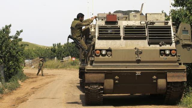 Un soldat israélien escalade un lance-roquettes près de la frontière syrienne, le 10 mai 2018.