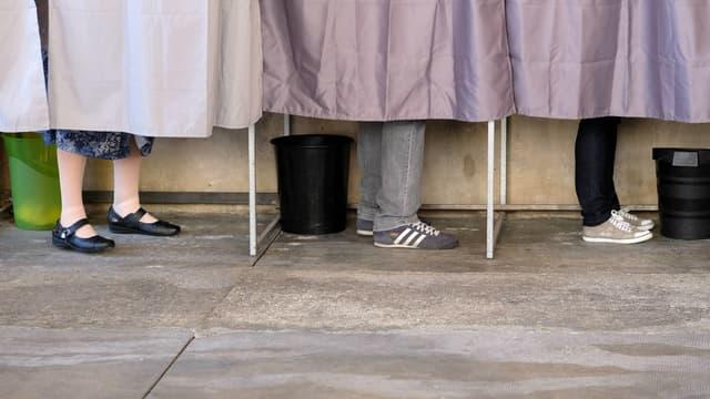 Des électeurs dans un isoloir, près de Toulouse, le 23 avril 2017 (photo d'illustration).